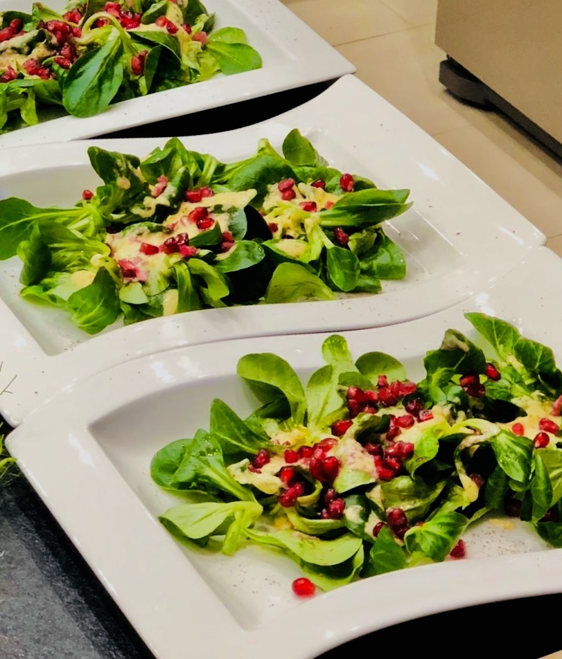 Feldsalat an Mangodressing und Granatapfel