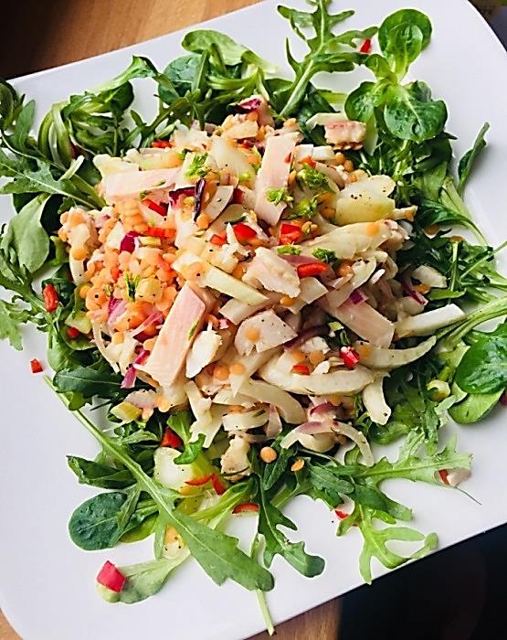 Forellen-Fenchel-Linsen-Salat mit Chili im Salatbett