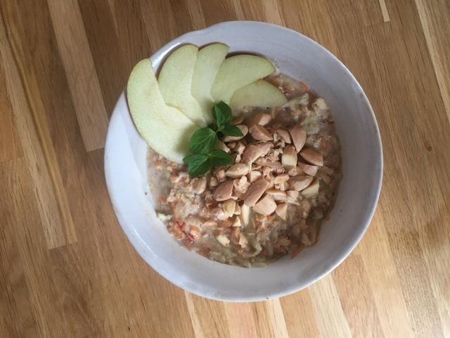 Herzhaftes Müsli mit Apfel und Karotte